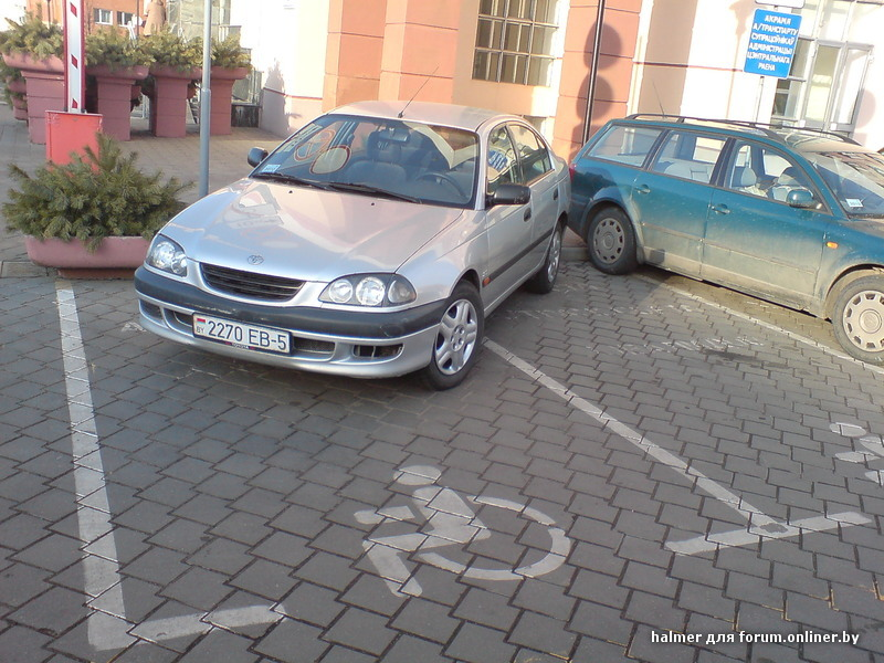 разметка на дороге знаком инвалид парковка