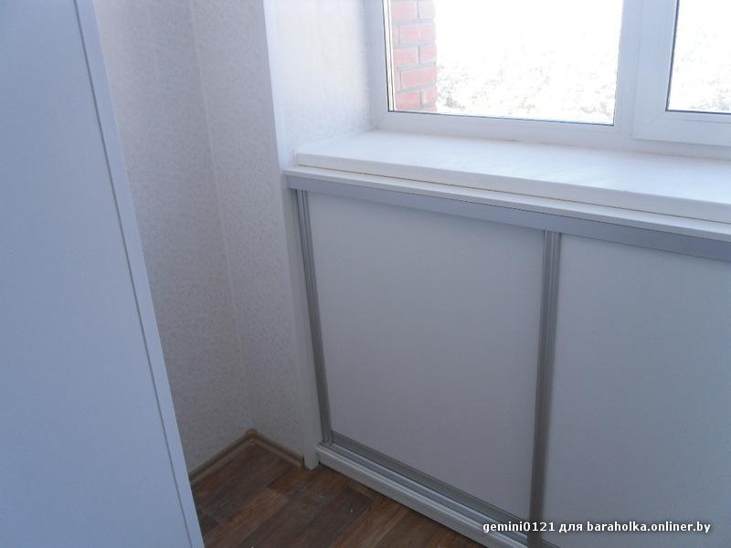 Раздвижной шкаф под окном на балконе.