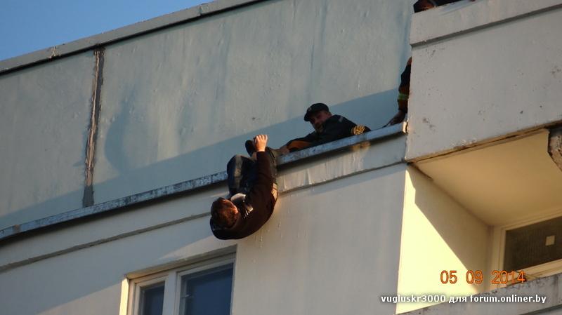 Видео прыгают с балкона.