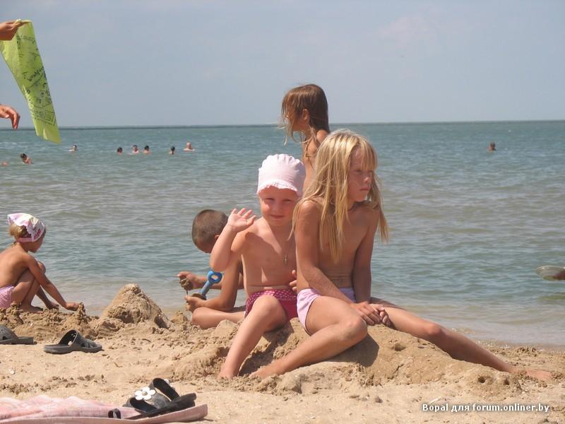 по пляжу голушом