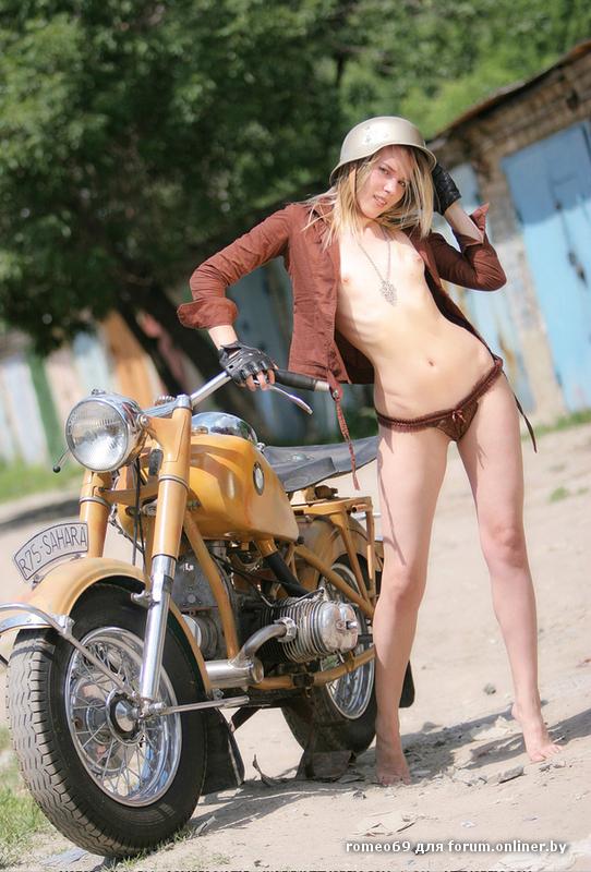 golaya-devushka-na-mototsikle-ural