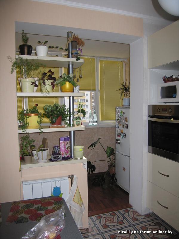 Дизайн угловой белой кухни объединенной с балконом.