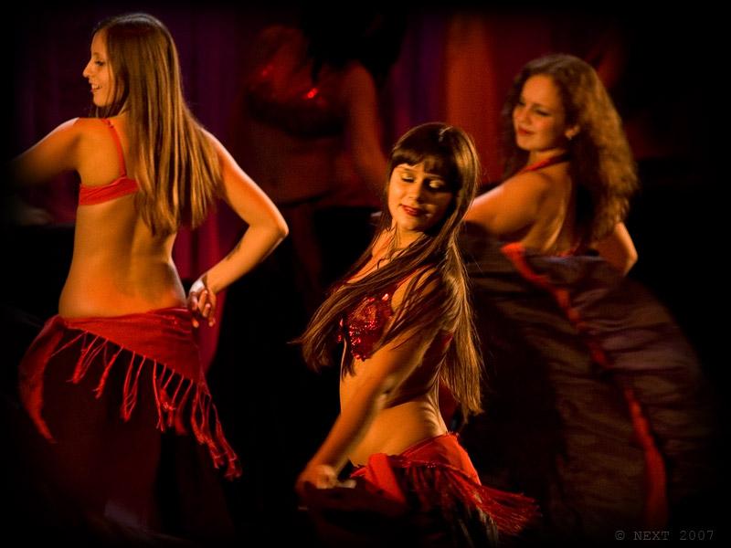 Все движения в танце живота можно разбить на четыре основные группы: вибрация, вращение, волнообразные движения...