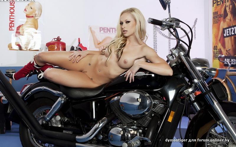 роскошная голая блондинка на мотоцикле фото