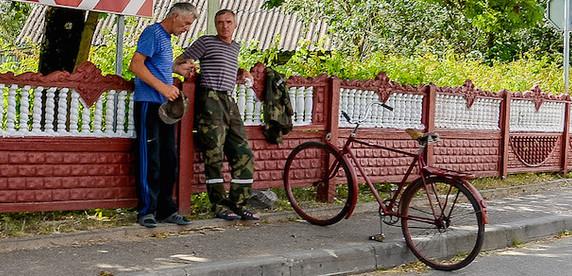 Велосипедист возмущен: «мамаши» даже не пытаются следить за детьми на тротуаре!