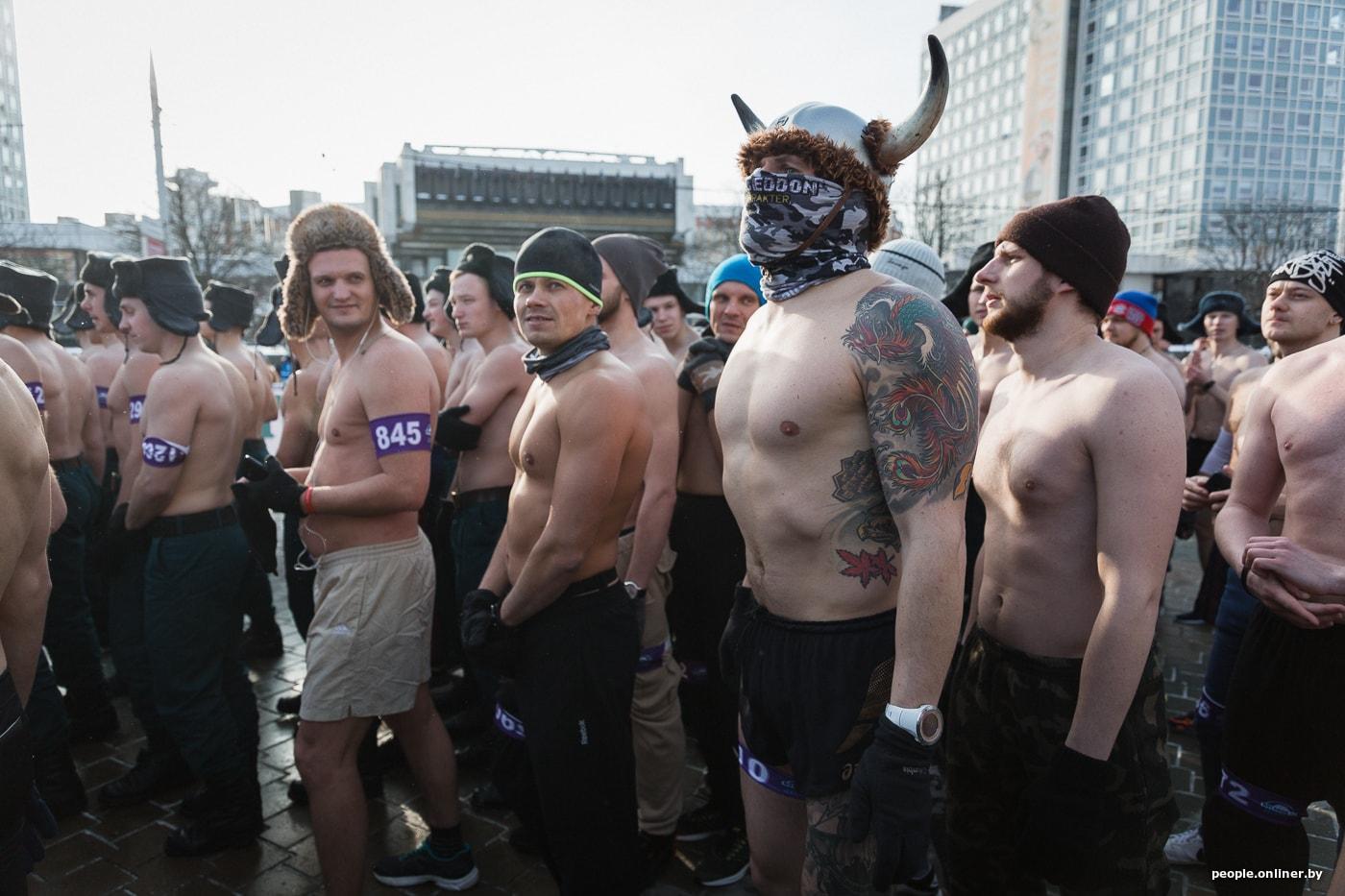 devku-ebet-tolpa-muzhikov