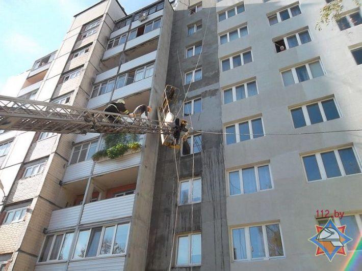 Электрическая строительная люлька оборвалась и зависла с двумя рабочими почти в... на сайте МЧС. сообщается.
