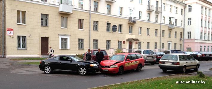 Типичная авария: один ехал против одностороннего движения, другой выезжал из двора. Кто виноват?