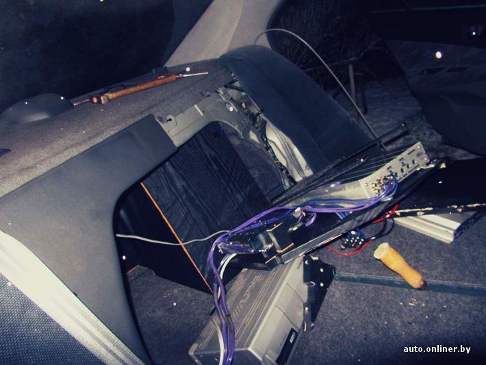 где находится тросик багажника на бентли