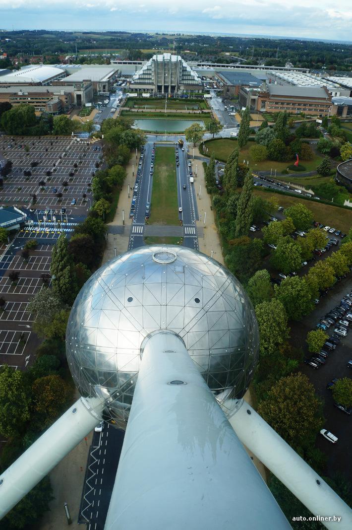 На Атомиум можно подняться. Цена билета - 12 евро. С него открывается прекрасный вид на Брюссель