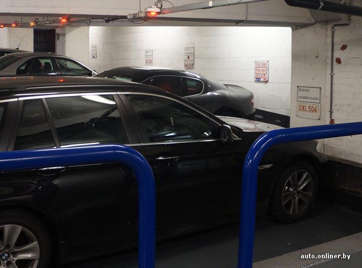 Если на против места в паркинге висит номерной знак, значит это место уже занято