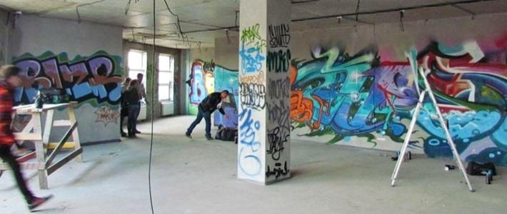 Граффитисты разрисовали стены строящегося бизнес-центра в Минске