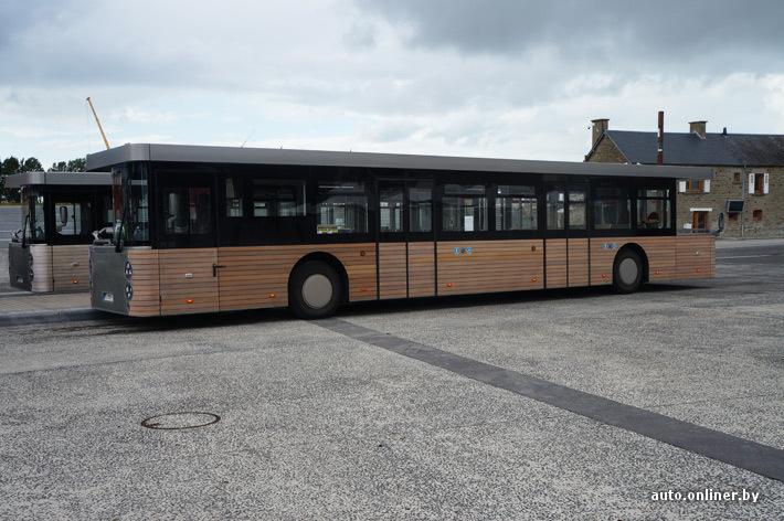 От парковки до Мон-Сен-Мишель бесплатно курсируют вот такие двухсторонние автобусы
