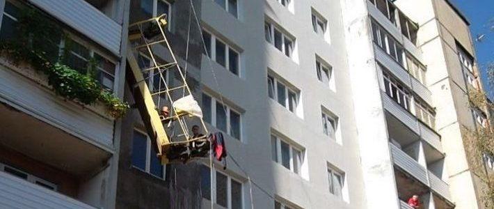Электрическая строительная люлька оборвалась и зависла с двумя рабочими почти в.