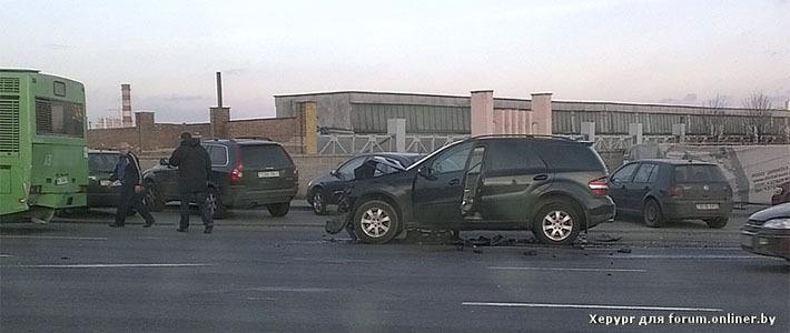 В Минске Mercedes «догнал» автобус — водитель легковушки зубами сломал руль