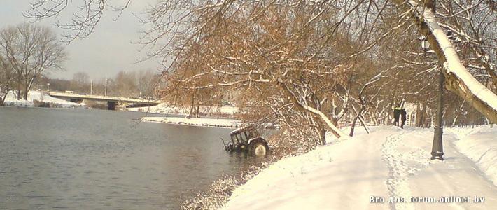 Фотофакт: в Минске снегоуборочный трактор упал в водоем