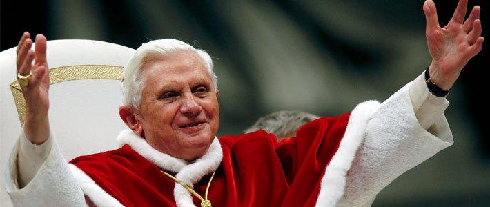 Бенедикт XVI (Папка Римский) благословил и окропил святой водицей социальные сети и сервисы