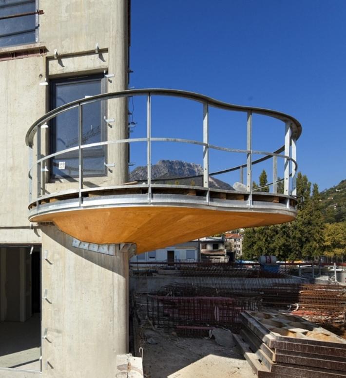 Дом quai de la graille с необычными балконами, гренобль, фра.