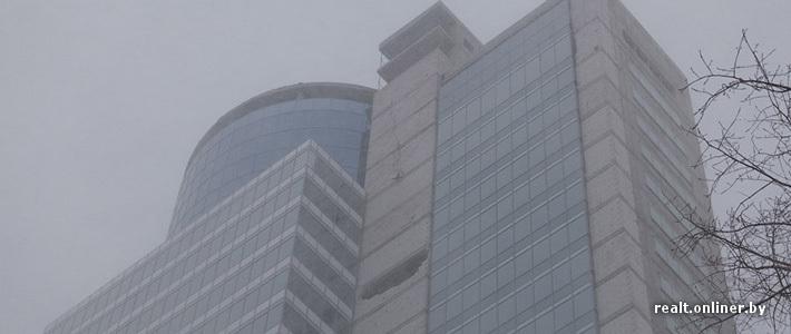 От строящегося «небоскреба» Royal Plaza отвалился кусок стены и упал на крышу магазина