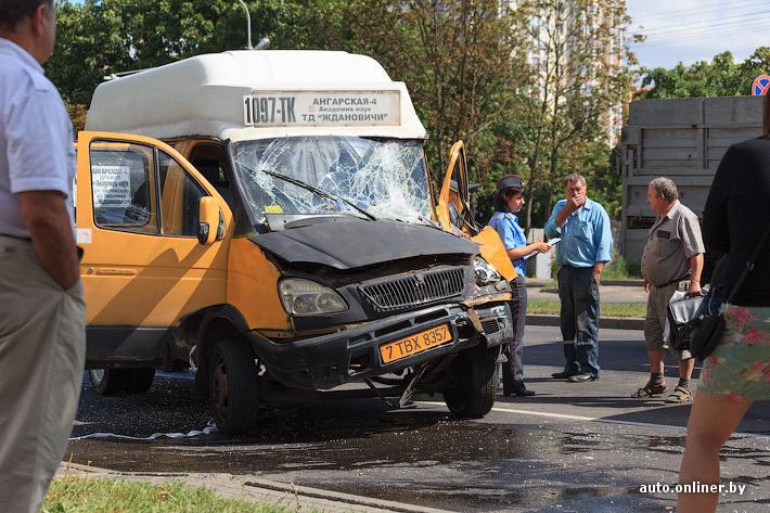 Минск.  В столкновении ЗИЛа и Газели пострадали три человека.  Маршрутка, перестраиваясь в средний ряд...