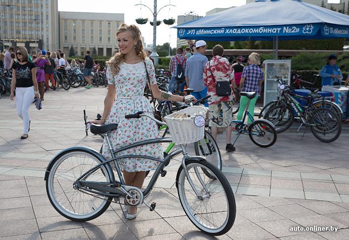 Кататься на велосипеде в платье
