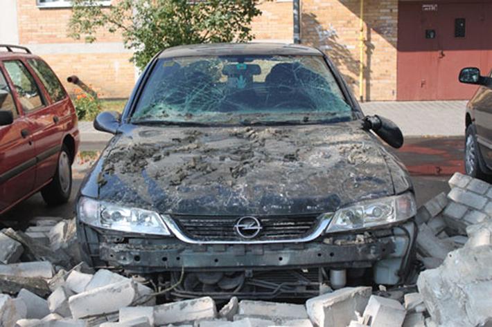 Забор здания Следственного комитета обрушился на припаркованные машины