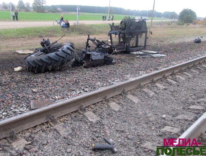 В Лунинецком районе трактор разорвало после столкновения с поездом