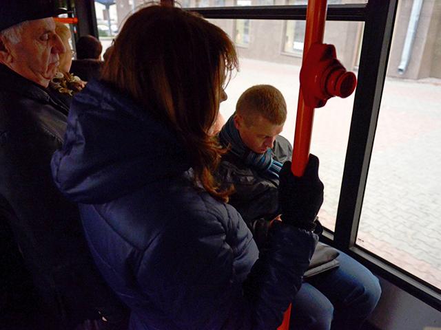 Лапает молодую девочку в автобусе на видео фото 420-981
