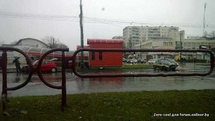 Автомобиль службы такси катился несколько полос на красный свет, пока в него не врезался хетчбэк