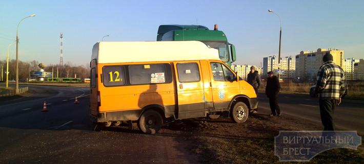 Водитель маршрутного такси номер 12 сбил пешехода, СК ищет очевидцев  происшествия