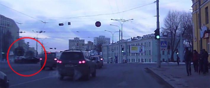 В столице брестчанин на BMW не пропустил трамвай — несколько пассажиров упало