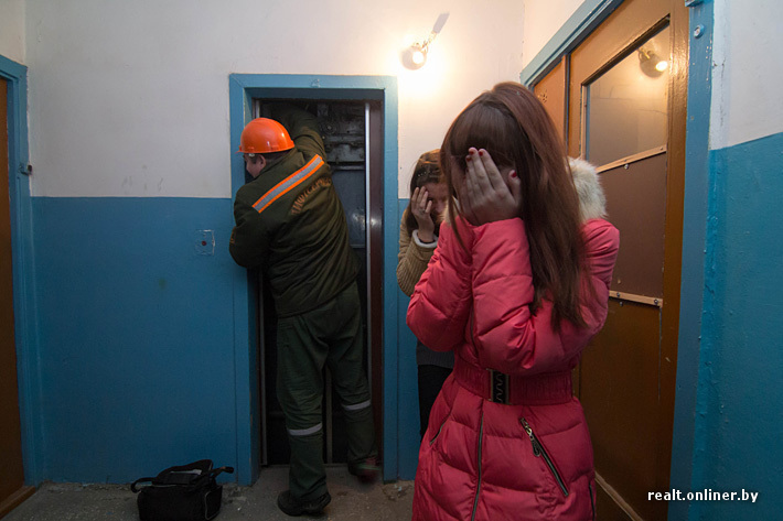 Девушки в подъезде без лица на аву