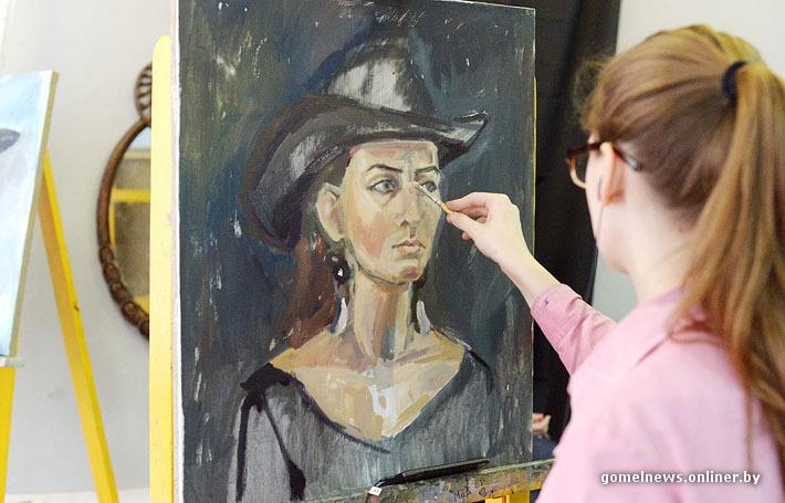 художницы рисуют натурщиков