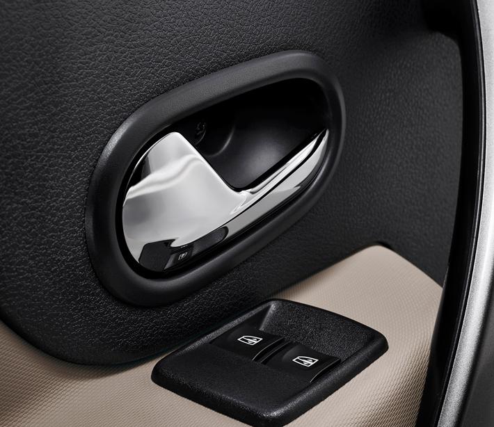 Клавиши передних стеклоподъемников переехали на водительскую дверь. Задние дублируются на центральной консоли