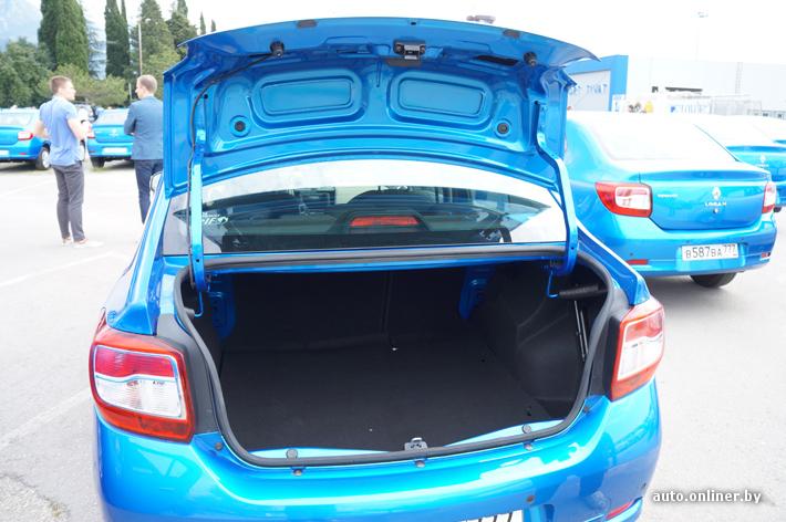 Крышка багажника не имеет никакой отделки внутри. Эконом-класс, знаете ли!
