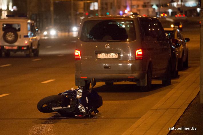 секс в машине их преследует мотоциклист