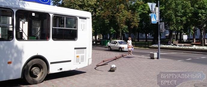 Брест: у автобуса отказали тормоза, он вылетел на тротуар