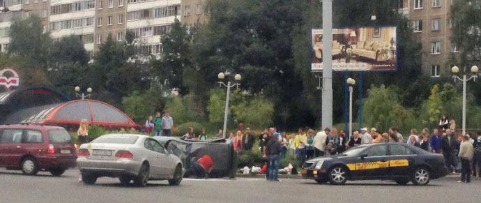 Daewoo Matiz перевернулся после столкновения с Mercedes возле станции метро «Спортивная»