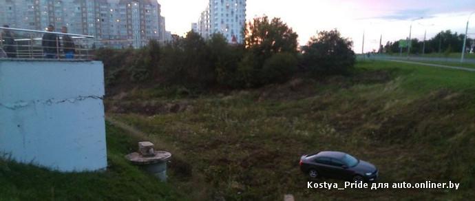 В Минске автомобиль съехал в овраг у парковки гипермаркета