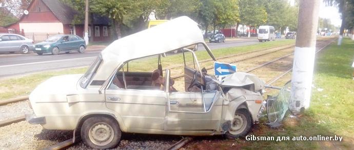 Пожилой водитель ВАЗа врезался в столб в Витебске — пассажирка погибла