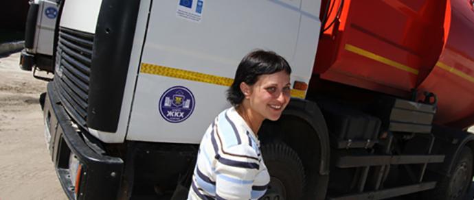 В Кобрине работает единственная в стране женщина — водитель мусоровоза