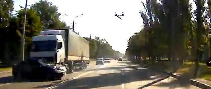 Гомель: в объектив регистратора попал момент столкновения грузовика и легковушки