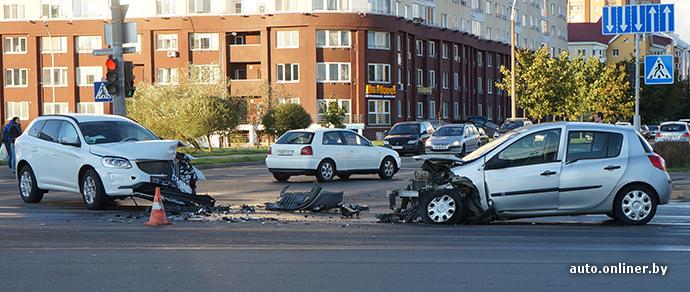Минск: девушка на Renault врезалась в поворачивающий Volvo и пострадала