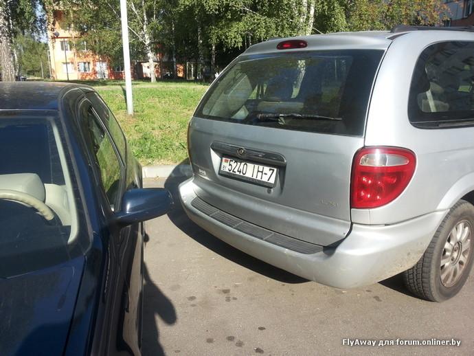 Минчанин: таксист вместо того, чтобы позвонить, спустил колеса в отместку за парковку вторым рядом