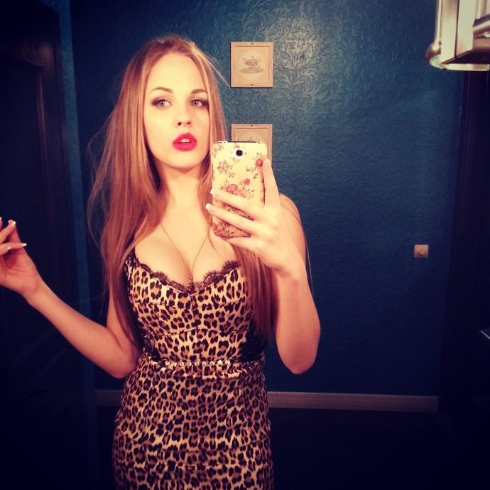 Красивая блондинка и зеркало