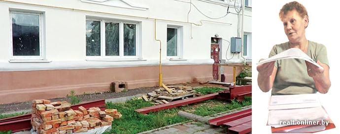 Жители дома в Молодечно с 1990-х годов живут в аварийных условиях: плесень на стенах, дырки в потолках, «река» от канализационных труб