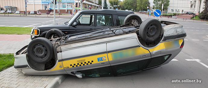 В Минске столкнулись Geely и Peugeot, принадлежащие одной и той же службе такси