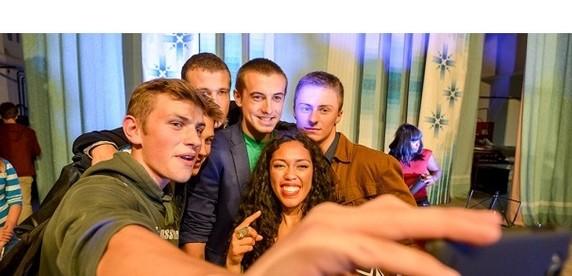 Репортаж: американская рэп-исполнительница выступила в белорусской глубинке, примерила лапти и попробовала местного самогона