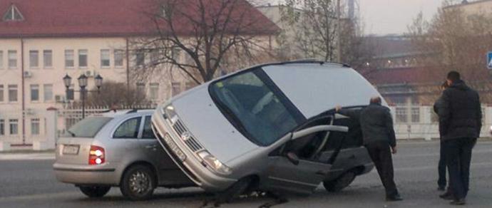 Фотофакт: в Солигорске Volkswagen «запрыгнул» на Skoda