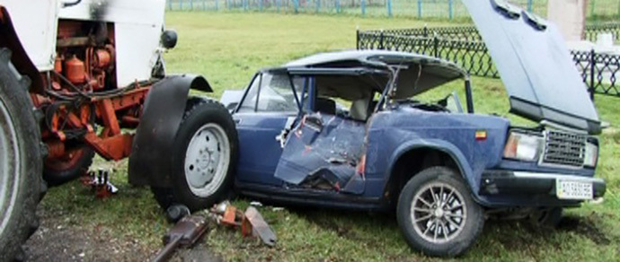 Лидский район: фура снесла ВАЗ — легковушка попала под трактор